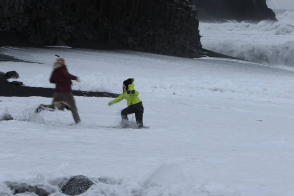 Reynisfjara, traveller in danger