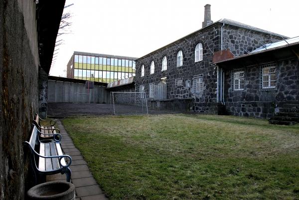 Hegningarhus_jail_yard.jpg
