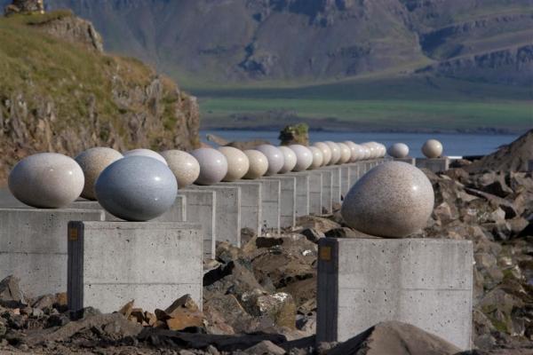 Eggin í gleðivík, skúlptúr