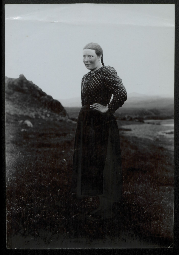 30 Fascinating Historic Photos Of Icelandic Women And Girls In Traditional Costumes -5942